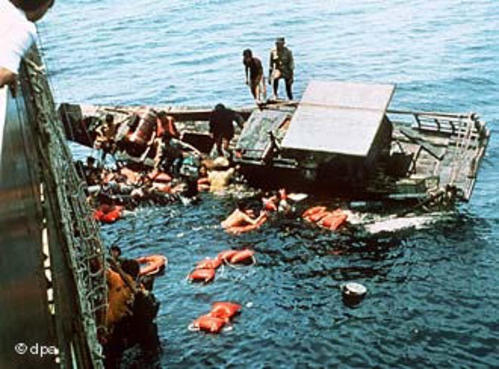 Hình ảnh cuộc di cư vĩ đại nhất lịch sử loài người: Hàng triệu người Việt Nam liều chết Vượt Biển Tìm Tự Do