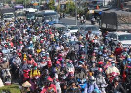 Hàng chục ngàn xe máy chen chúc dưới trời nắng nóng 'nhích' về miền Tây