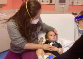 Nữ bác sĩ Việt vô cùng can đảm: Để con nhỏ chích thử vaccine COVID-19